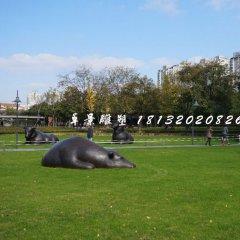 臥著的牛銅雕,公園群牛雕塑