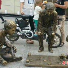 玻璃鋼步行街下象棋的孩童雕塑