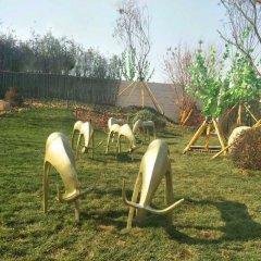 铜雕公园抽象吃草的羊