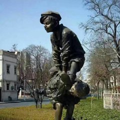 铸铜西方儿童跳山羊雕塑