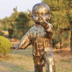 公园练太极拳的儿童铜雕