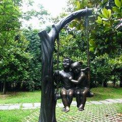 铜雕公园荡秋千的儿童