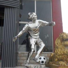 不銹鋼踢足球人物雕塑