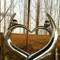 不銹鋼抽象愛心人物雕塑