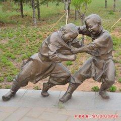 摔跤的儿童的铜雕