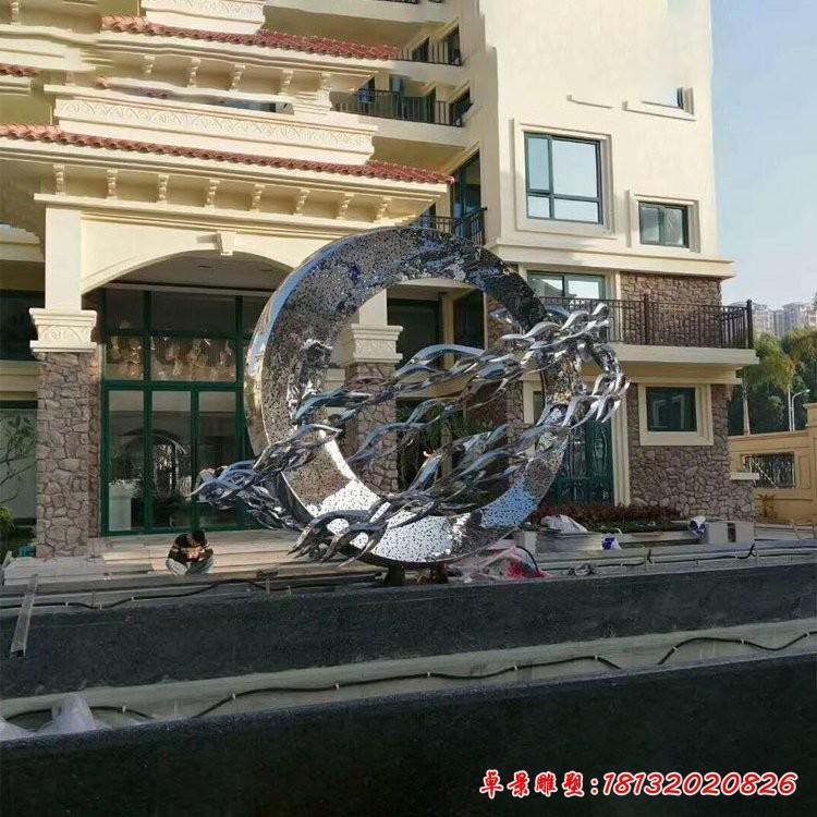 不锈钢圆环和抽象鱼群雕塑