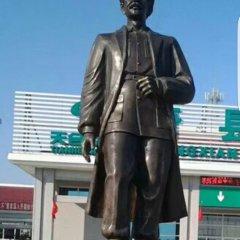 医院白求恩铜雕像