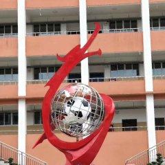 校园不锈钢抽象龙和足球雕塑